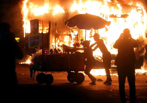 آتش زدن یک اتوبوس در شهر