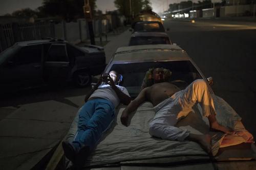 انتظار 20 ساعته رانندگان ونزوئلایی در صفهای طولانی برای پر کردن باک خودروهایشان با بنزین/ شهر
