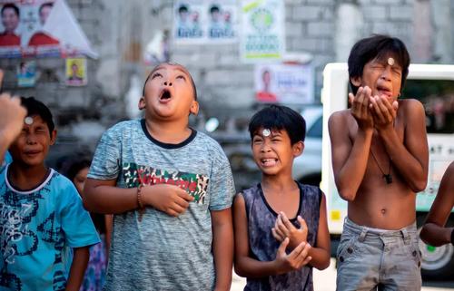 مسابقه حرکت دادن سکه از پیشانی به دهان/  شهر