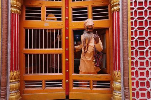 مرد هندو پس از رای دادن در مرحله هفتم و پایانی انتخابات سراسری هندوستان در یک حوزه رایگیری در ایالت واراناسی/ آسوشیتدپرس