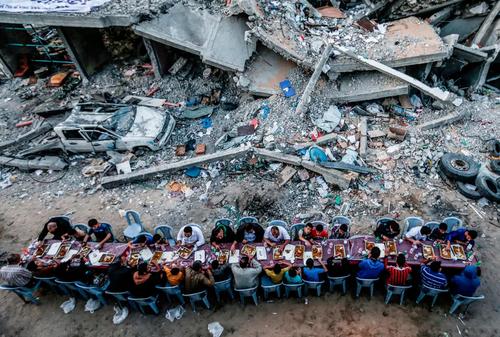 میز افطاری خانوادههای غزهای در کنار خانههای ویران شده در اثر حملات هوایی اخیر اسراییل/ خبرگزاری فرانسه