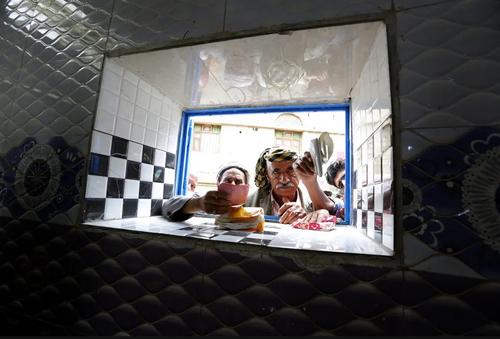 مرکز توزیع نان مجانی به مناسبت ماه رمضان در شهر صنعا یمن/ EPA