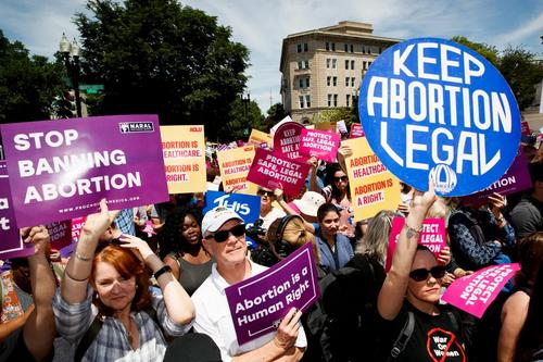 تظاهرات فعالان حقوق زنان علیه ممنوعیت سقط جنین در مقابل دادگاه عالی آمریکا در شهر واشنگتن دیسی/ شینهوا