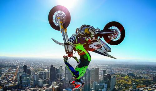 نمایش موتورسوار استرالیایی بر فراز ارتفاع 297 متری یک آسمانخراش در شهر ملبورن/ گتی ایمجز
