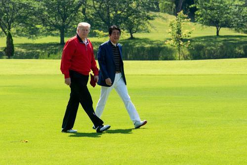 گلف بازی ترامپ و نخست وزیر ژاپن در جریان سفر ترامپ به ژاپن در