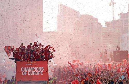 استقبال مردم شهر لیورپول بریتانیا از قهرمانی تیم فوتبالشان در لیگ اروپا/ رویترز