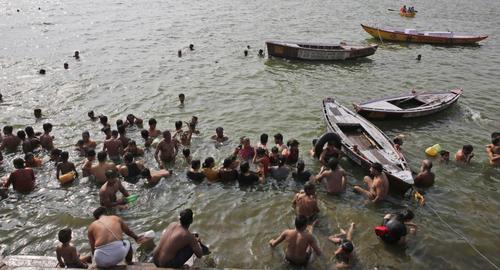 آبتنی هندی ها در رود گنگ در گرمای تابستانی/ آسوشیتدپرس