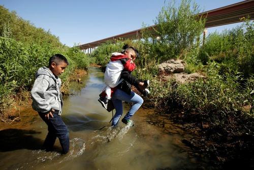 مهاجران غیرقانونی گواتمالایی در حال عبور از مرز ایالات متحده آمریکا/ رویترز