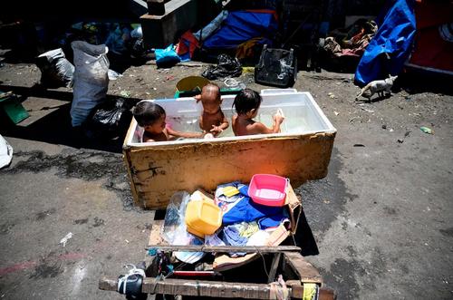 حمام کودکان در حومه شهر مانیل فیلیپین/ خبرگزاری فرانسه