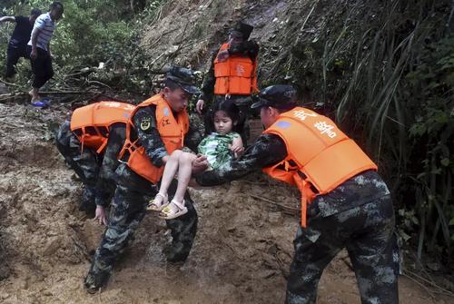 امدادرسانی به آسیبدیدگان از سیل و رانش زمین در چین/ آسوشیتدپرس