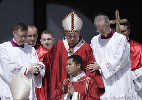 پاپ فرانسیس در یک آیین نیایش عمومی در واتیکان/ آسوشیتدپرس