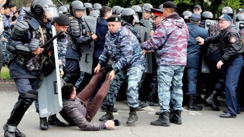 دستگیری معترضان انتخابات ریاست جمهوری قزاقستان در شهر نورسلطان/ عکس: آسوشیتدپرس و EPA