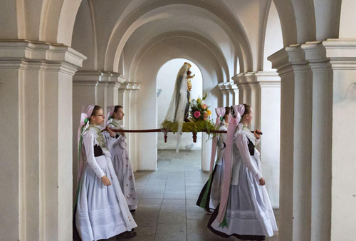 مراسم مذهبی دوشنبه سفید در شرق آلمان/ آسوشیتدپرس