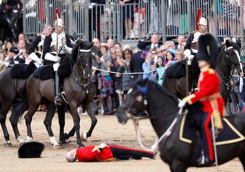 افتادن  یک عضو گارد تشریفات از روی اسب در جریان جشنوارهای در لندن/ رویترز