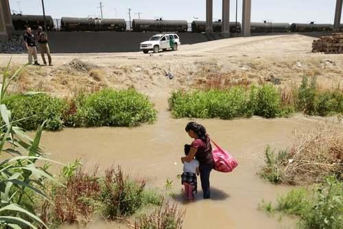 پناهجویان گوآتمالایی در حال عبور از مرز مکزیک به خاک ایالات متحده آمریکا/ رویترز