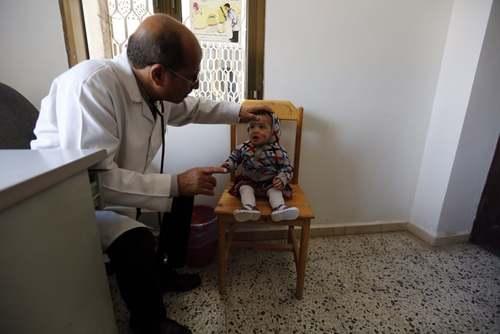 معاینه یک کودک یمنی در بیمارستانی در شهر صنعا/ EPA