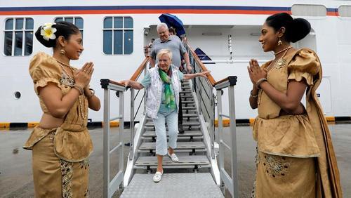 استقبال از گردشگران اروپایی در بندر شهر کلمبو سریلانکا/ رویترز