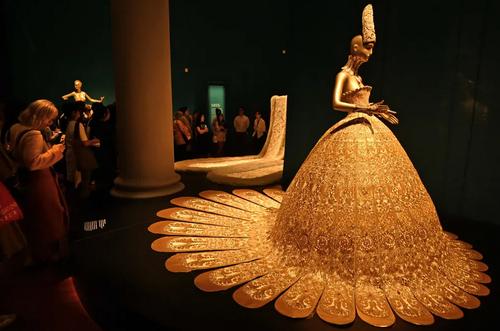 نمایشگاه مجموعه لباسهای یک طراح چینی در موزه تمدنهای آسیایی در سنگاپور/ خبرگزاری فرانسه