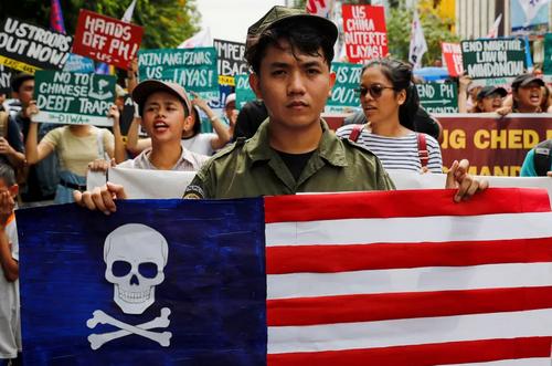 تظاهرات فیلیپینیها در مقابل سفارت آمریکا در صدوبیست و یکمین سالگرد استقلال فیلیپین از اسپانیا/ EPA