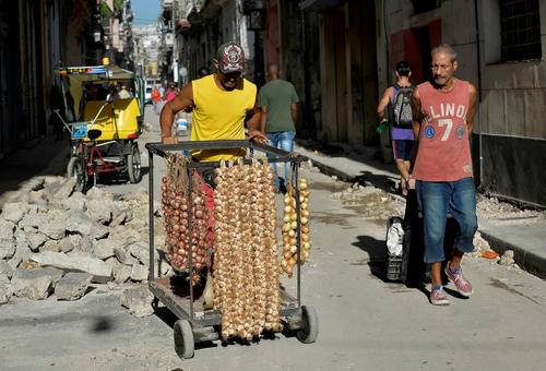 فروشنده دورهگرد سیر و پیاز در شهر هاوانا کوبا/ خبرگزاری فرانسه