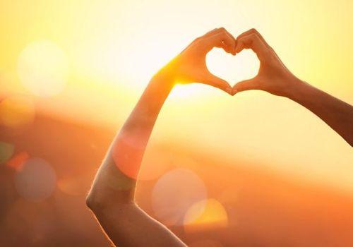 8- نور روز شما را متعادل میکند.  هر روز باید مقدار زیادی نور روز دریافت کنید تا سلامت بمانید. اگر در تاریکی قرار بگیرید، ساعت بدنتان تنظیم ۲۴ ساعتهٔ خود را از دست میدهد. حسگرهایی در چشمان شما قرار دارد که نور را شناسایی میکند و پیامها و سیگنالهایی به بخشی از مغز که کار هماهنگی ساعتهای بدن را انجام میدهد، میفرستد.