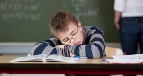 12- بگذارید نوجوانان خسته بیشتر بخوابند.  کمبود خواب و نوجوانان بدخُلق، دو یارِ ندیماند افزایش ناگهانی هورمونها در دوران نوجوانی و بلوغ ساعت زیستی بدن را حدود دو ساعت عقب میاندازد. وقتی از نوجوانی میخواهید که ساعت ۷ صبح بیدار شود درست مثل این است که از فردی ۵۰ ساله بخواهید که ساعت ۵ صبح بیدار شود.  بعدها در زندگی، دوباره عادتهای خواب و بیداری ما به دوران قبل از بلوغ برمیگردد