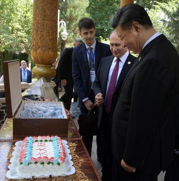 جشن تولد پوتین برای همتای چینی در حاشیه دیداردوجانبه در کنفرانس سران