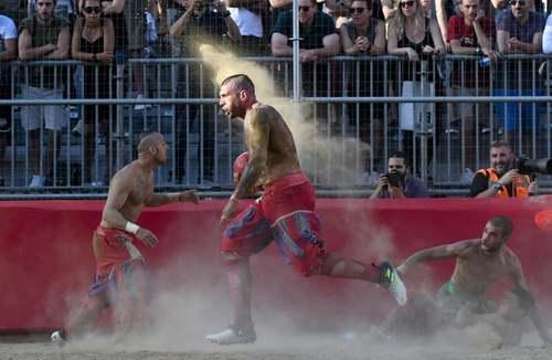 برگزاری یک مسابقه فوتبال سنتی در فلورانس ایتالیا/EPA
