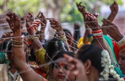 زنان مزدوج هندی در شهر احمدآباد در حال اجرای مراسم سنتی