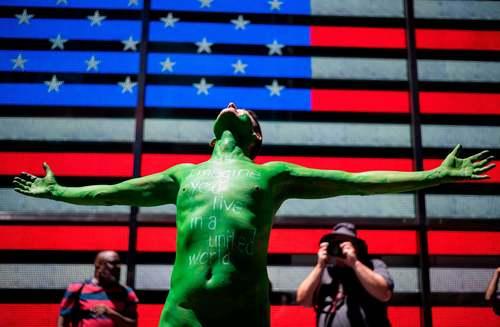اعتراض نمادین یک مرد برهنه نیویورکی در میدان تایمز نیویورک در دفاع از وحدت جهانی/ گتی ایمجز