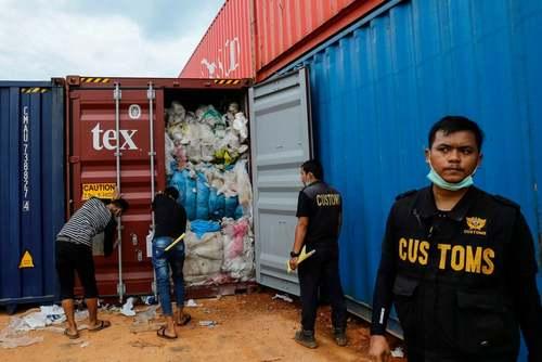 بازپس فرستادن کانتینرهای حاوی زبالههای پلاستیکی از بندری در اندونزی به ایالات متحده آمریکا/ خبرگزاری فرانسه