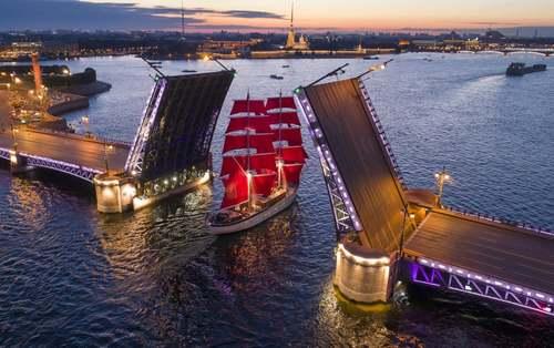 باز شدن پل معلق برای عبور یک کشتی بادبانی در شهر