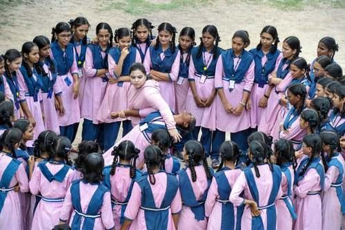 استاد کاراته در حال آموزش دفاع شخصی به دختران دبیرستانی در حیدرآباد هند/ خبرگزاری فرانسه