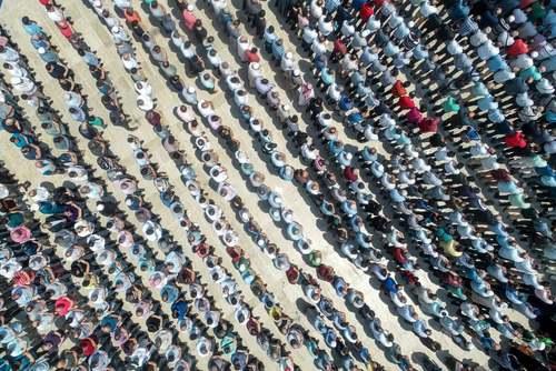 اقامه نماز میت غیابی برای محمد مرسی رییس جمهوری سابق مصر که 2 روز پیش در جلسه دادگاهش در قاهره درگذشت./ خبرگزاری آناتولی