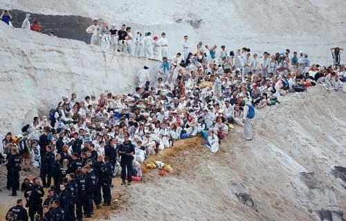تجمع فعالان محیط زیست در مقابل یک معدن زغال سنگ در