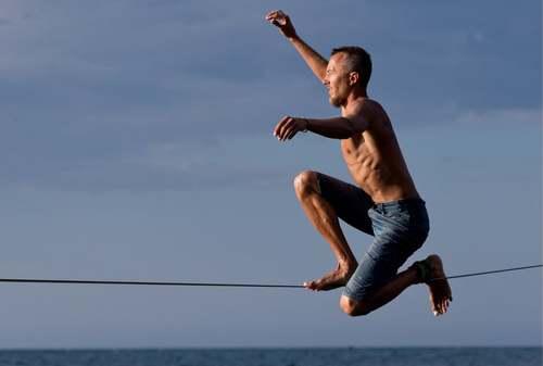 بندبازی ورزشکار روس روی دریای سیاه در شبه جزیره کریمه/ ایتارتاس