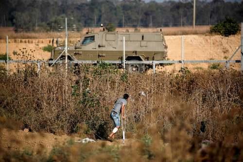 جوان فلسطینی پشت حصارهای مرزی بین باریکه غزه و اسراییل/ خبرگزاری فرانسه