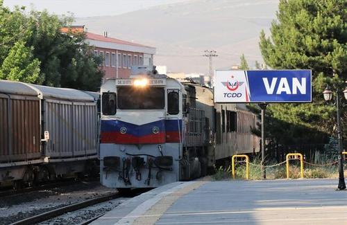ورود نخستین مسافران ایرانی با قطار به شهر وان ترکیه (+عکس)