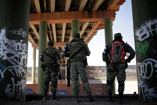 استقرار نیروهای گارد ملی مکزیک در مرز ایالات متحده آمریکا برای ممانعت از ورود مهاجران غیرقانونی به خاک آمریکا/ رویترز