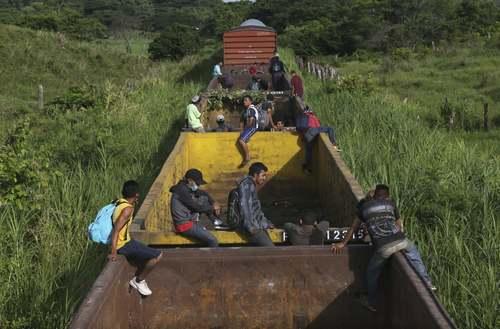 مهاجران هندوراسی عازم ایالات متحده آمریکا سوار بر یک قطار باری و عازم مرز مکزیک و آمریکا/ آسوشیتدپرس