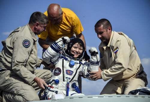 فرود فضانورد ناسا با کپسول فضاپیمای روسی سایوز به زمین/ قزاقستان/  EPA