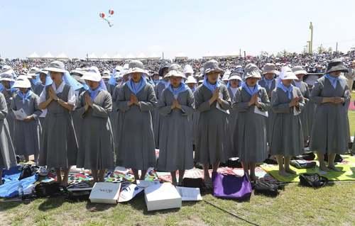 راهبههای مسیحی کاتولیک کره جنوبی در مراسم دعا برای صلح در شبه جزیره کره در شصت و نهمین سالگرد آغاز جنگ دو کره/ آسوشیتدپرس