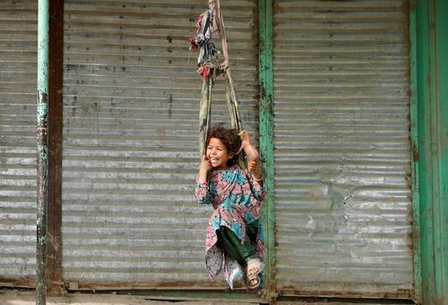 تاببازی دختر افغان در کابل/ رویترز