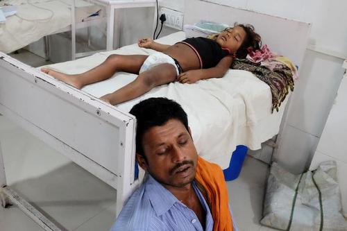 خواب پدر پای تخت دختر بچه بیمارش در بیمارستانی در