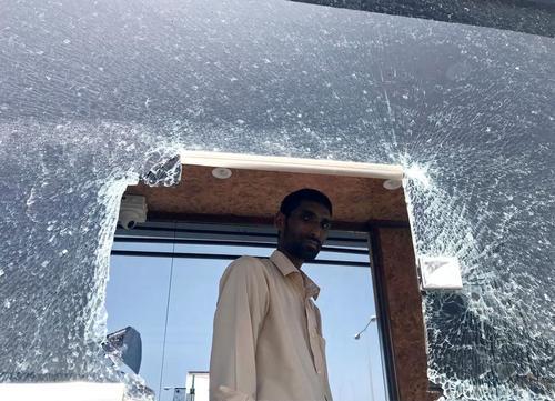 شکستن شیشه های پنجره فرودگاه