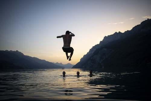 موج گرمای کمسابقه در اروپا/ شنا در دریاچهای در سوییس/EPA