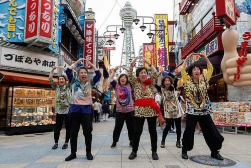 حرکات نمایشی زنان سالمند ژاپنی در شهر اوزاکا در آستانه ورود رهبران 20 اقتصاد برتر جهان برای نشست