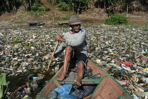 جمعآوری ضایعات پلاستیکی از رودخانه در جاوه اندونزی/ خبرگزاری فرانسه