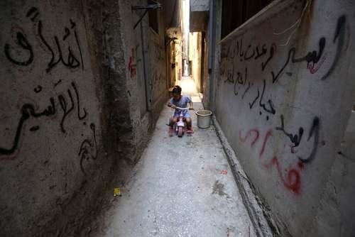 دوچرخه سواری دختر خردسال فلسطینی در کوچه های تنگ اردوگاه آوارگان