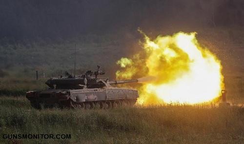 یک تانک تی 80 یو در وضعیت آتش